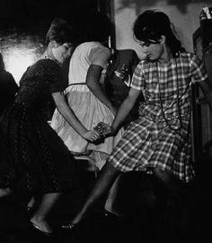 Rokizó fiatalok egy házibulin a 60-as években