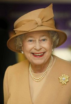 Queen Elizabeth II of the United Kingdom, wearing The Frosted Sunflower Brooch. The Queen, also is wearing Queen Mary's Button Earrings and The Queen's Three Strand Necklace of Family Pearls. Die Queen, Hm The Queen, Royal Queen, Her Majesty The Queen, Save The Queen, Royal Uk, Royal Life, Royal Ascot, Tilda Swinton