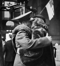 vintage everyday: True Romance – Vintage Photos Capture The Heartache of Wartime Farewells at The Pennsylvania Station, New York City in April 1943 Romance Vintage, Vintage Kiss, Vintage Love, Vintage Couples, Vintage Travel, Edward Weston, Robert Doisneau, August Sander, Hugs