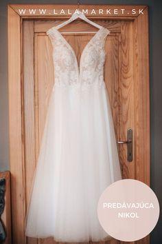 Cena: 400 € Silueta: A-Línia Veľkosť na štítku: 38 (EU) Značka/dizajnér: Nešpecifikované Stav: Použité (oblečené na svadbe) #svadobnesaty #svadba #nevesta #weddingdress #wedding #bride #weddingoutfit Formal Dresses, Wedding Dresses, Silhouettes, Fashion, Simple Lines, Dresses For Formal, Bride Dresses, Moda, Bridal Gowns