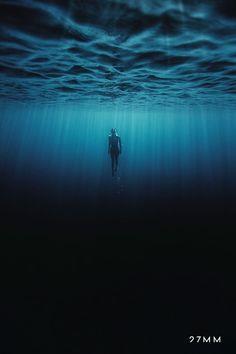 – Les envoutantes photographies sous-marine d'Enric Adrian Gener (image) Under The Water, Under The Sea, Underwater Photos, Underwater Photography, Art Photography, Underwater Shipwreck, Photo Bleu, Deep Blue Sea, Black Ocean