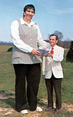 Sandy Allen, World's Tallest Woman (June 1955 – August was a U. woman recognized as the tallest woman during her life according to Guinness World Records. She was in height. Giant People, Tall People, Big People, Indiana, Human Oddities, Guinness Book, Tall Guys, Tall Women, World Records