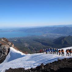 Un paso a la vez, hasta llegar a la cima del #VolcánVillarrica y deleitarnos con esa vista 🗻🚶♀😍 #Pucon #Pucón #Chile #Traveling #Travelandlove #Hikking