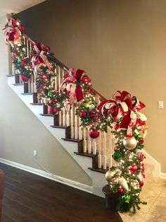 Christmas Noel Christmas DIY Decorations Easy and Cheap – Stairway Garlands Natural Christmas, Diy Christmas Tree, Christmas Holidays, Christmas Wreaths, Cheap Christmas, Christmas Ornaments, Christmas Design, Christmas Ideas, Stairway Garland