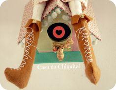 """Mais bonita que uma flor, aromas de beleza da Tilda Camponesa!! Venha enfeitar a sua casa com esta linda boneca! Boneca Tilda, feito sob encomenda! São confeccionadas em tecido 100% algodão (tricoline) com enchimento de fibra siliconada.  Dúvidas sobre estampas, detalhes de produtos ou mesmo sobre a compra entrem em contato através do """"CONTATAR VENDEDOR"""". *Os produtos só serão enviados após a aprovação do pagamento e seu tempo de confecção pode variar, dependendo da quantidade de produtos…"""