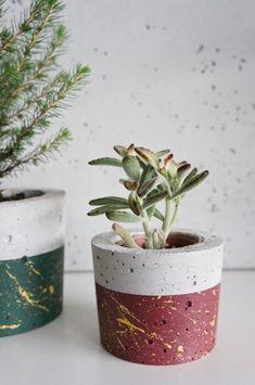 Concrete Plant Pots, Cement Flower Pots, Diy Concrete Planters, Painted Plant Pots, Painted Flower Pots, Concrete Pots, Diy Planters, Beton Diy, Concrete Crafts