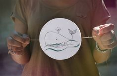 TUTO du Thaumatrope ou jouet optique simple qui permet grâce à la persistance rétinienne de former une image (animée ou non) avec deux images. Un peu de magie avec du papier, un bout de ficelle et du carton :)