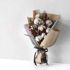 hoa bó Plus Size plus size capris Bouquet Wrap, Hand Bouquet, Dried Flower Bouquet, Dried Flowers, How To Wrap Flowers, Bunch Of Flowers, Beautiful Flowers, Flower Bar, Flower Boxes