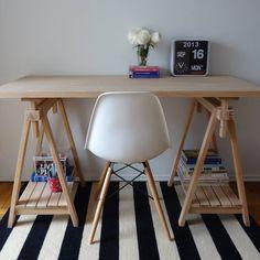 mesa de madera con caballetes y tablillas