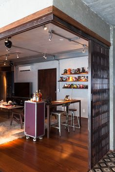 A coleção de toy arts do morador está em todo o apartamento (Foto:  Divulgação) Industrial Chic, Industrial House, Contemporary Interior Design, Decor Interior Design, Lofts, Cheap Furniture, Home Furniture, House Lamp, House Entrance