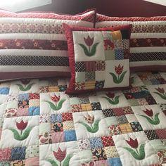 Colcha em patchwork com aplicações de tulipas. Tecidos 100% algodão, pré lavados. Escolha as cores, tamanho e desenhos. Tamanho solteiro 850,00 Casal: 1.000,00 Queen: 1.150,00 King: 1.300,00 Todas acompanham porta travesseiro(s) e almofada