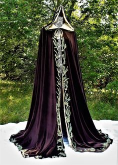 Pretty Outfits, Pretty Dresses, Beautiful Dresses, Cool Outfits, Bridal Cape, Fantasy Gowns, Royal Dresses, Queen Dress, Fantasy Costumes