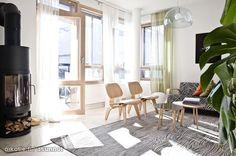Scandinavian homes: Finnish livingroom with Eames chairs  adn Artek sofa / Valoisassa olohuoneessa Eames-tuolit ja Artekin sohva