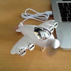 4 ports USB 2.0 avec ventilateur,son hélice vous rafraichit et sa bouille sympathique et sa petite lampe led bleue ouvre en grand votre chacra de satisfaction et de paix ! Un cadeau Geek, utile et agréable !
