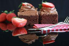 Da en av kollegaene mine kom på jobb med restene av en sjokoladekake i langpanne på mandag og hun fortalte at hun hadde funnet oppskriften på Trines Matblogg, tok jeg hintet; Det var på tide å lage en sjokoladekake i langpanne på bloggen.I går stod denne kaken ferdig, og jeg ...