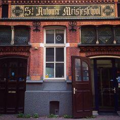 De Sint-Antonia meisjesschool werd opgericht in 1893. De letter S wordt hier op drie verschillende manieren geschreven. (284/365) #amsterdam #igamsterdam   This school for girls was founded in 1893. Love how the S is written in three different ways. (284/365) #iloveamsterdam