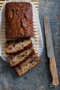 Met dit recept bak je heel makkelijk het lekkerste bananenbrood ooit! Smeuïg, zacht, rijk van smaak en gevuld met chocolade en pecannoten.