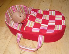 free pattern for baby doll fabric bed Moses basket for a doll Baby Born Clothes, Bitty Baby Clothes, Sewing Baby Clothes, Baby Sewing, Doll Clothes, Baby Doll Bed, Baby Dolls, Reborn Dolls, Reborn Babies