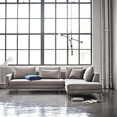 Edge Version 2 sofa fra Wendelbo - Køb den her! Denmark Furniture, Nordic Furniture, Scandinavian Interior Design, Interior Design Living Room, L Shaped Sofa Designs, Nordic Sofa, Danish Sofa, Les Experts, Ottoman Sofa