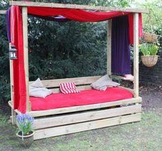 Outdoorbett mit ausziehbarem Sandkasten. Ich würde es ohne Himmel machen.