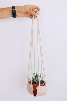 DIY Hanging Leather Planter As the studio is overflowing with plants these days, it seems silly not to experiment with different types of planters! Try this DIY hanging leather planter Planter Boxes, Hanging Planters, Diy Simple, Easy Diy, Leather Diy Crafts, Leather Box, Leather Fabric, Plant Hanger, Indoor Plants