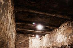 Ausweglos: Die Gaskammer des Vernichtungslagers war vollkommen frei von jeglicher Ausstattung. Ein leerer Raum, in den die nackten Menschen getrieben und ermordet wurden. Die Gaskammer neben dem Krematorium I im Stammlager ist die einzige, die nicht von den Nazis vor ihrem Abzug aus den Lagern in Auschwitz zerstört wurde. by fritz schumann/edition ost
