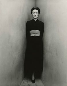 Like the dress.not so much the woman.Wallis Simpson, Duchess of Windsor, photographed by Irving Penn. she's backed into a corner dressed all in black. Wallis was backed into a corner. Wallis Simpson, White Photography, Portrait Photography, Fashion Photography, Narrative Photography, Inspiring Photography, Vintage Photography, Richard Avedon, Edward Steichen
