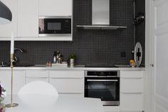 Cocina blanca con pared negra