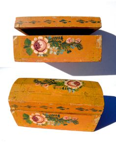 Antique Mexican Olinalá Box~Image by TridentsTreasure. https://www.etsy.com/listing/228957120/antique-mexican-olinala-box-tole-hand