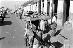 Niño vendedor de dulce, década del 50.