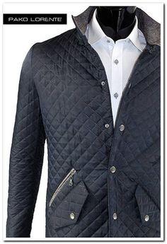 Nowość w Pako Lorente - przebój jesieni! Idealna, lekka, modna, bardzo wygodna, jesienna kurtka pikowana w kolorze grafitowym, ze stójką, szarymi łatkami na łokciach, zapinana na srebrne napy :)