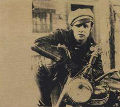 Uno de los retratos más famosos de Andy Warhol, Marlon (1966), que muestra a Marlon Brando vestido de cuero, con gorra y descansando sobre su moto en el cartel publicitario de la película The Wild One (1953)