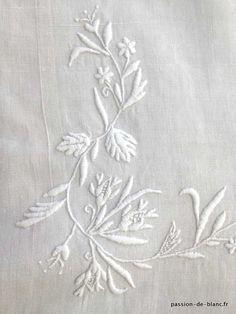 Linge ancien de lit > Draps, Taies... > LINGE ANCIEN/ Superbe très ancien drap avec bouquets de fleurs et monogramme MF brodés sur toile de lin de couleur légèrement grise - Linge ancien - Passion-de-Blanc - Textiles anciens