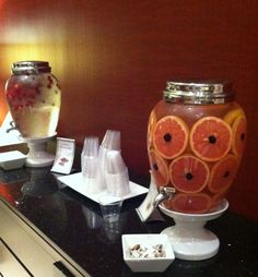 Look at this beautiful Spa Water Bar that the Marriott Dallas City Center created for their guests. Plastic Beverage Dispenser, Drink Dispenser, Healthy Drinks, Healthy Recipes, Healthy Foods, Happy Thirsty Thursday, Dallas City, Mobile Spa, Making Water