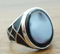 Dieser wunderschöne Ring ist aus 925 Sterling Silber gefertigt. GEWICHT 6,50 Gramm FREIE GRÖßE Wir machen die Ringgröße frei. Bitte teilen Sie uns Ihre Ringgröße nach Art der Bestellung. WELTWEIT VERSANDKOSTENFREI Wir versenden die Artikel durch Standart Luftpost kostenlos.
