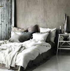 J'adore les vendredis, surtout après une semaine très remplie comme celle-ci. Mais aujourd'hui tout ce dont j'ai besoin c'est d'une bonne nuit de sommeil, je pourrais dormir toute une journée… Alors, et si on parlait chambre, cocooning, douceur, lit et tout ce qui nous fait rêver ? Littéralement, des inspirations pour une chambre parfaite pour cet hiver et pour des belles nuits de sommeil en perspective ! Une sélection à consulter après le happy hour, le restô ou la sortie de ce soir ! Adoro…