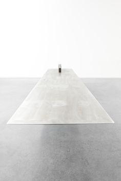 Cantilevered Table white & grey table . Tisch | Design: NoxDesign