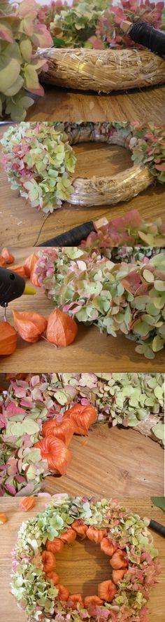 Aus #Hortensien, #Lampionblumen und Strohkranz kann man ganz einfach einen #herbstlichen Kranz basteln! Als #Tischdekoration oder auch als #Wandschmuck sieht er sehr hübsch aus und altert in Würde!