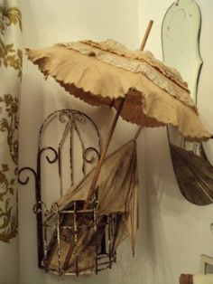 For a vintage room it would be so cite to have an old vintage umbrella- by Cris Figueired♥ Vintage Soul, Retro Vintage, Vintage Items, Vintage Decor, Vintage Clothing, Garden Parasols, Umbrellas Parasols, Vintage Umbrella, Vintage Outfits