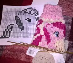 pinkie pie åt Moa och Ella Knitting Socks, My Little Pony, Crochet Hats, Pinkie Pie, Pattern, How To Make, Google, Fashion, Handarbeit