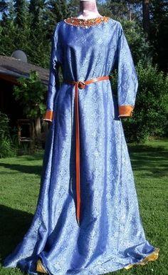 Mein erstes Kleid in Überlänge im Stil des 13. Jahrhunderts aus Seidenbrokat, komplett gefüttert mit gelber Seide. Die Besätze sind aus kupferfarbenem Seidentaft, bestickt mit Süßwasser- und Lapislazuliperlen. Die Kreuze sind Türkise.