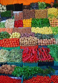 mercados no mundo - Marrocos Souk Maroc ! if only we had markets like this Fruit And Veg, Fruits And Vegetables, Produce Displays, Color Of Life, Cooking Classes, Store Design, Farmers Market, Flora, Exotic