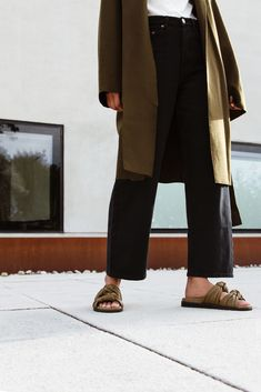 Wear them to ground wispy dresses or with denim on weekends. Casual Fall Outfits, Simple Outfits, Cozy Outfits, Spring Outfits, Fashion Over, Slow Fashion, Jeans Fashion, Monochrome Fashion, Minimal Fashion