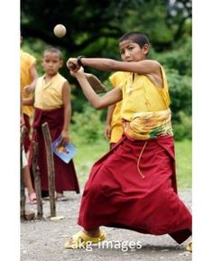 2-R30-B1-2005-37  A young monk playing cricket in India, 2005  Photo: akg-images / ullstein bild