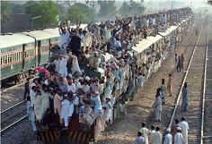 Pakistani Crowded Train Funny Picture | Funnyho.com
