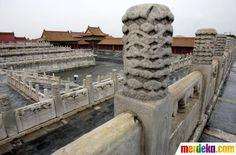 Seorang turis berjalan di Kota Terlarang Beijing yang juga dikenal sebagai Istana Kekaisaran terletak di pusat kota Beijing, merupakan pusat kekuasaan Ming (1368-1644) dan Qing (1644-1911) dinasti 1420-1912.