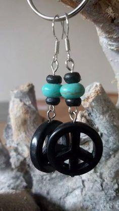 Turquoise peace teken, turquoise kraal met zwarte houten kralen.