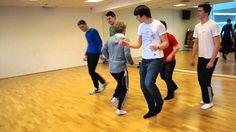 Elevene i 3STA har kreativdans på timeplanen i kroppsøvingsundervisningen. Og hva er vel ikke mer naturlig for disse guttene enn å lage en dans som en hyllest til jentene i klassen, mens de andre guttene viser rytmer fra Østen. Enjoy! Basketball Court, Sports, Dance In, Hs Sports, Sport
