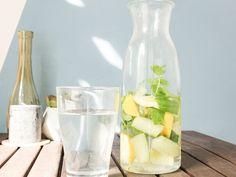 DIY-Anleitung: Erfrischendes Zitrone-Minz-Gurken-Wasser selber machen via DaWanda.com