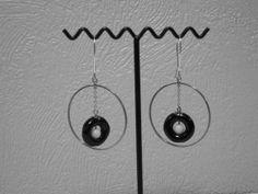 Boucles doreilles anneaux métal, diamètre 68 mm, intérieur anneaux porcelaine diamètre 18 mm au centre perle synthétique.